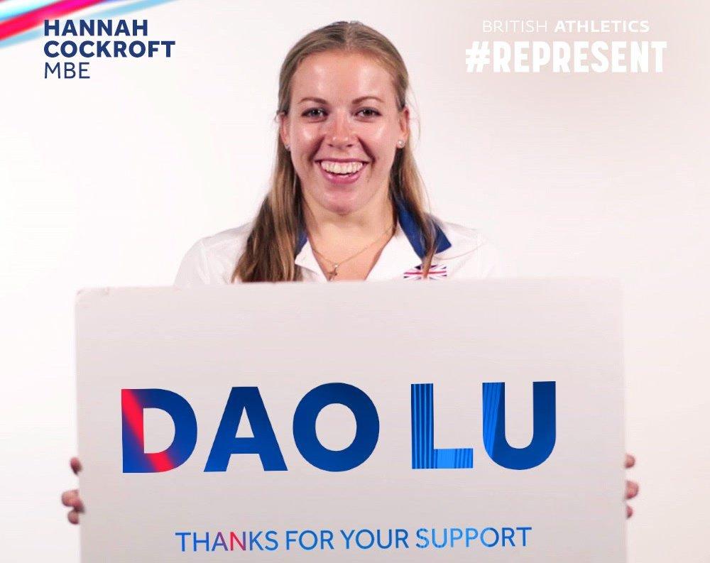 Hannah Cockroft holding a thank Dao Lu Board